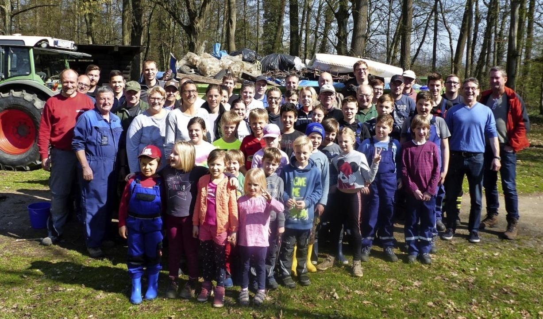 Jede Menge fleißige Hände aus Holzhausen räumen im Wald auf.   | Foto: Claudia Bachmann-Goronzy