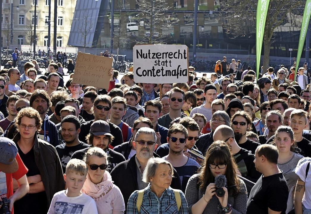 Protest auf dem Platz der alten Synagoge in Freiburg  | Foto: Rita Eggstein