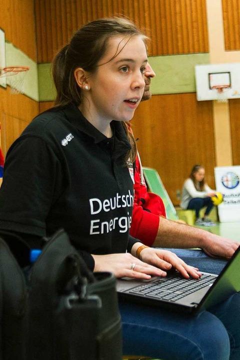 Rebekka Schneider am Laptop  | Foto: Sebastian Köhli