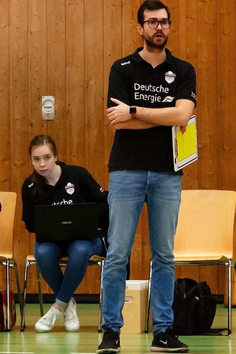 Rebekka Schneider stärkt Trainer Florian Völker den Rücken  | Foto: Sebastian Koehli