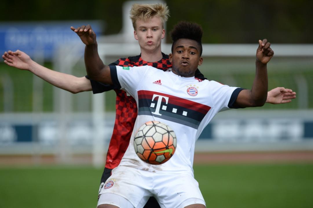 Tim Baschnagel im Duell mit Bayern Mün...Rückenprobleme seine Karriere beendet.  | Foto: Patrick Seeger