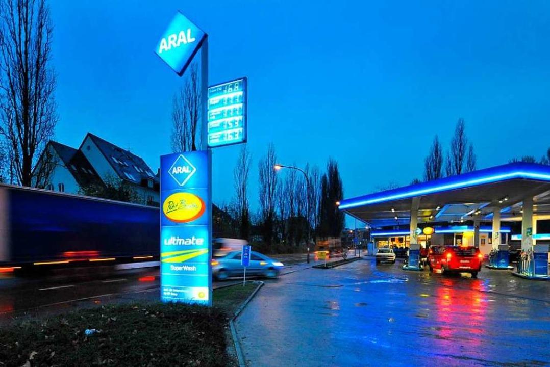 Unweit einer Tankstelle an der Leo-Woh...en Frau beleidigt und bespuckt worden.  | Foto: Michael Bamberger