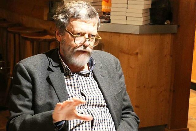 Emmendinger Autor las aus seinem Roman, der im Schwarzwald spielt