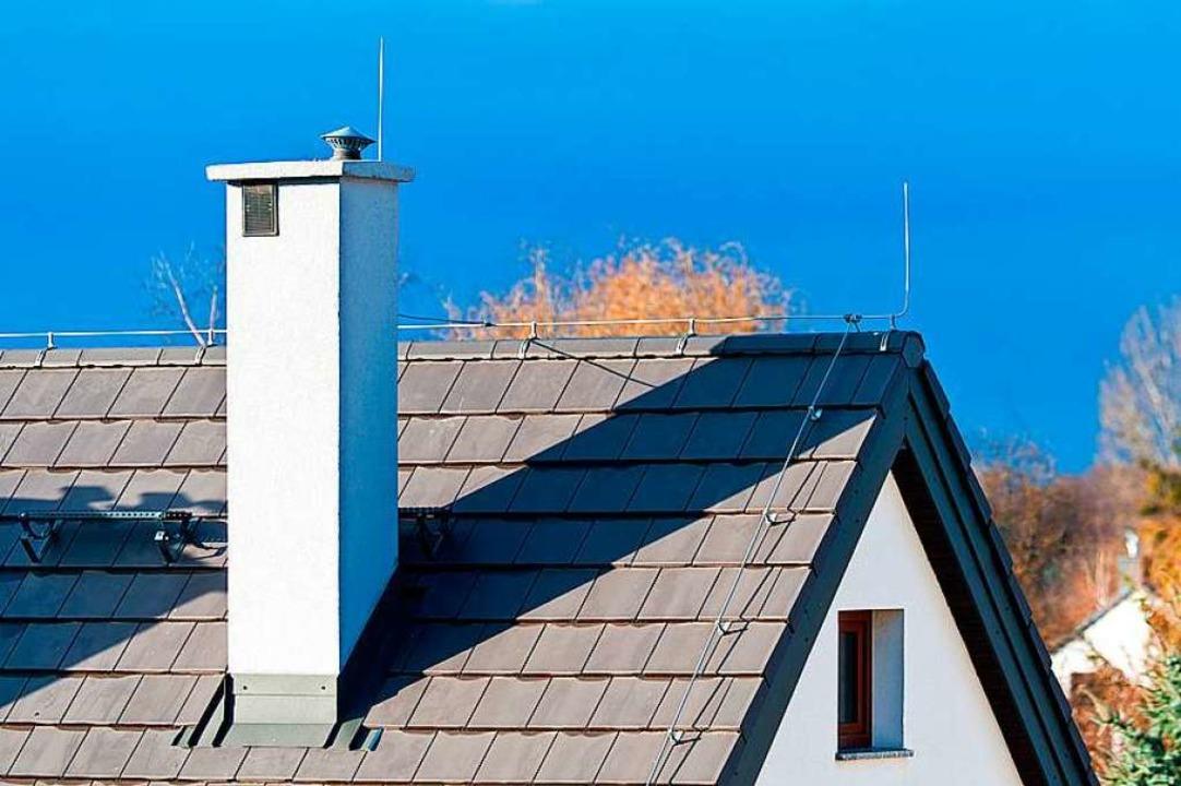 Hinter einem Schornstein versuchte sich der Verdächtige zu verstecken.  | Foto: ©borzywoj - stock.adobe.com