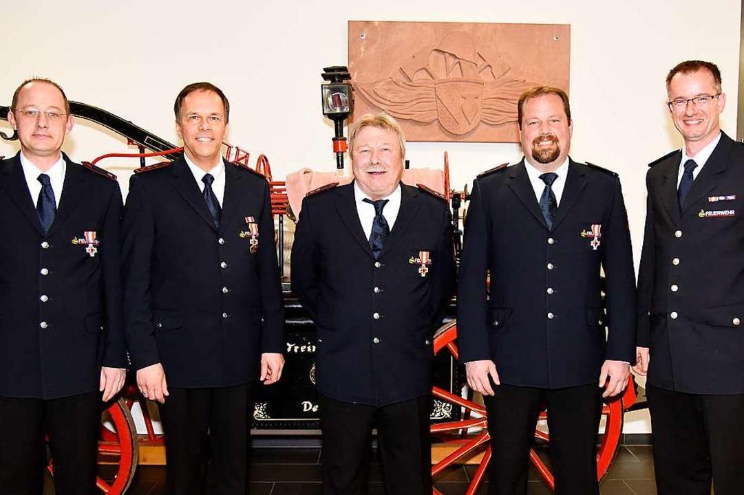 Für ihren langjährigen Feuerwehrdienst...ehrenzeichen in Silber und Gold geehrt  | Foto: Markus Zimmermann
