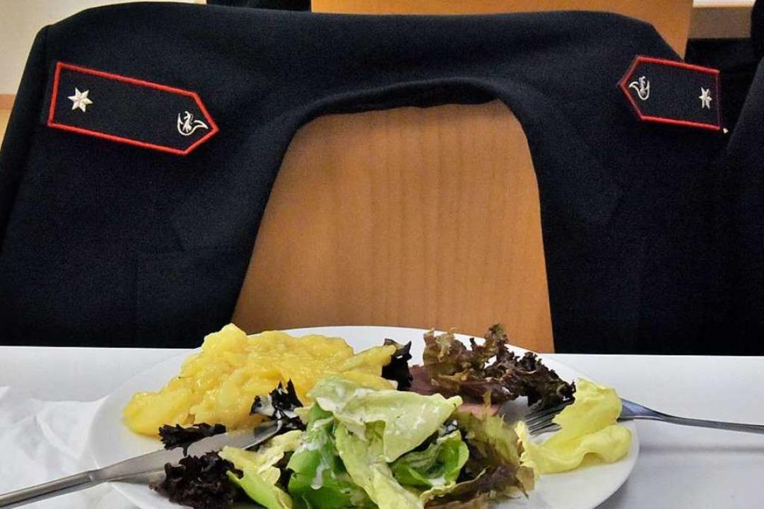 Das Essen wird kalt, die Uniformjacke ...ehen und liegen, wenn der Alarm kommt.  | Foto: Markus Zimmermann