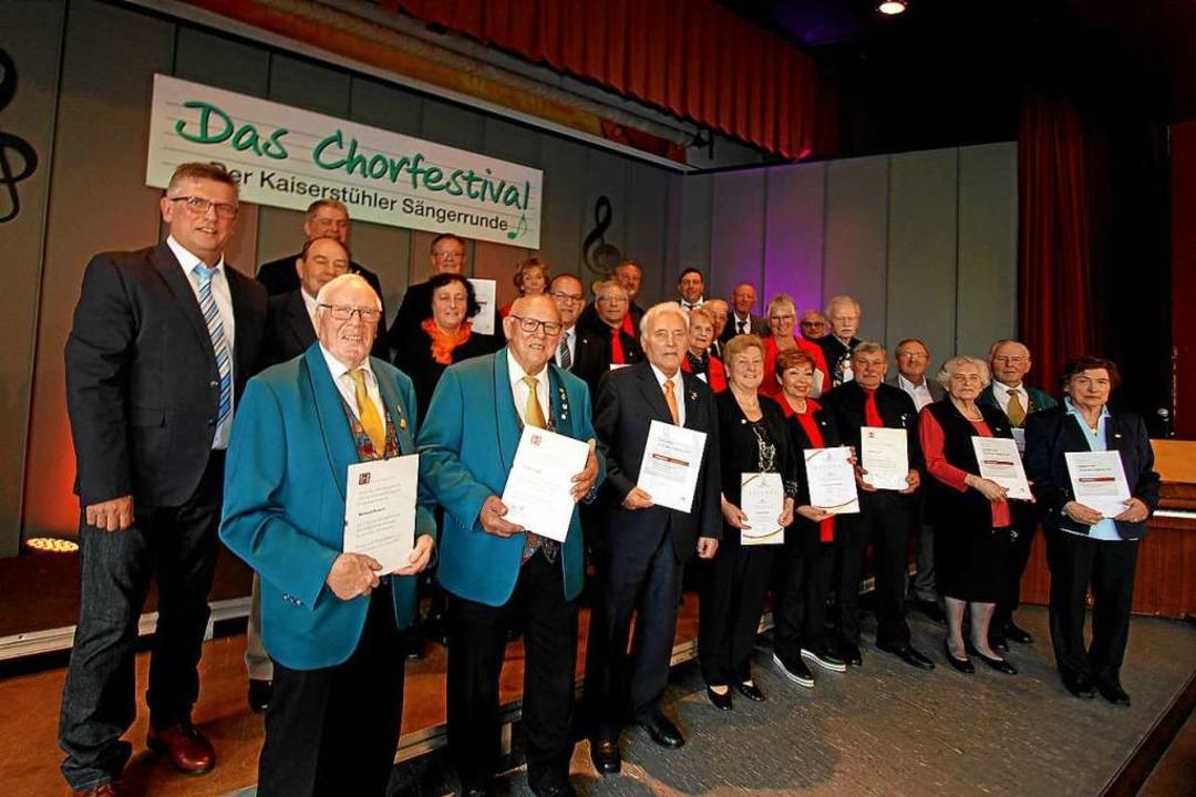 Der stellvertretende Präsident des Cho...(links), ehrte langjährige Mitglieder.  | Foto: Herbert Trogus