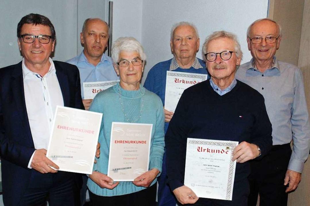Der Vorsitzende Erhard Schorm (rechts)...gjährige Mitgliedschaft im Turnverein.  | Foto: Michael Gottstein