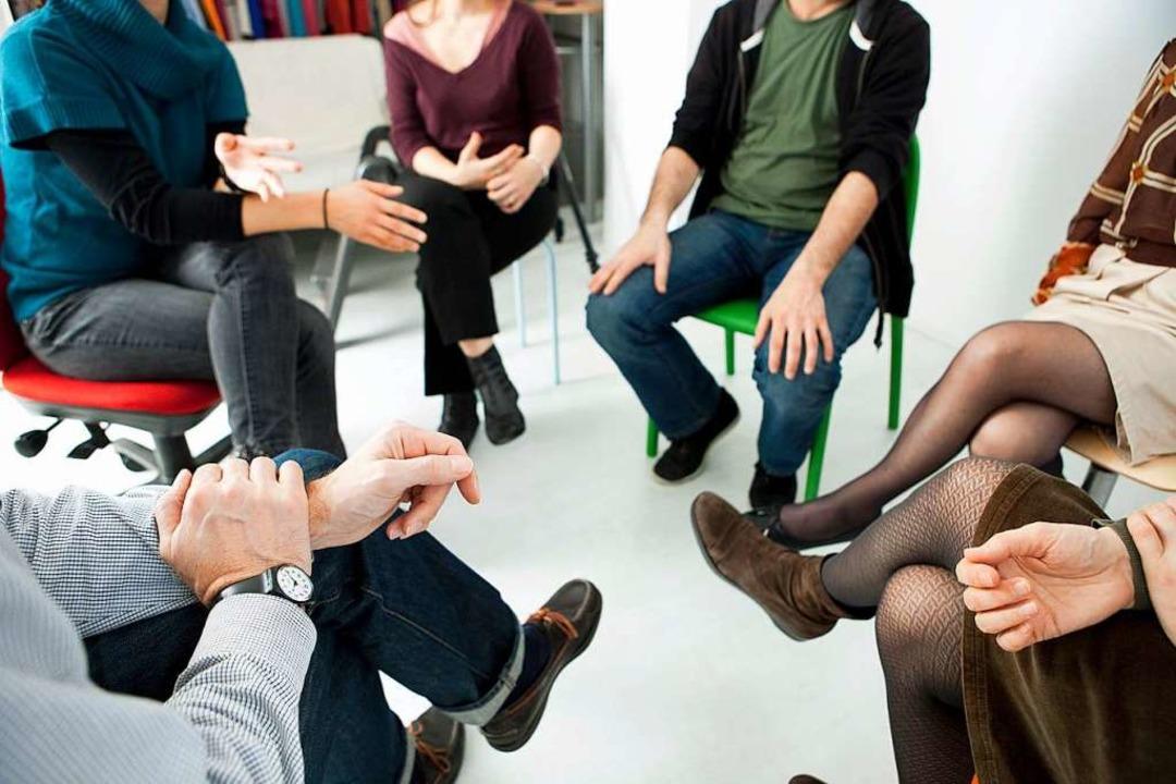 Im Stuhlkreis besprechen viele Selbsth...robleme ihrer Mitglieder (Symbolbild).  | Foto: B. Boissonnet (Adobe Stock)