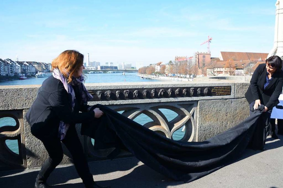 Brigitta Gerber (links) als Initiantin... Gedenktafel an der  Mittleren Brücke.  | Foto: Annette Mahro