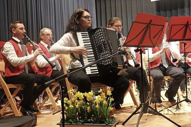 Virtuose Akkordeonläufe, feierlicher Musikverein