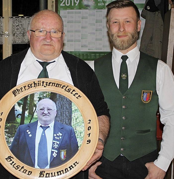 Nach 20 Jahren Vorsitz mit Ehrenscheib...ks)mit seinem Nachfolger Armin Rother.  | Foto: Adelbert Mutz