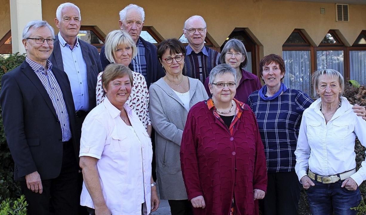 Für die AWO aktiv: Jürgen Valley, Rain...orsitzende Hannelore Nuss (von links)   | Foto: Gessner
