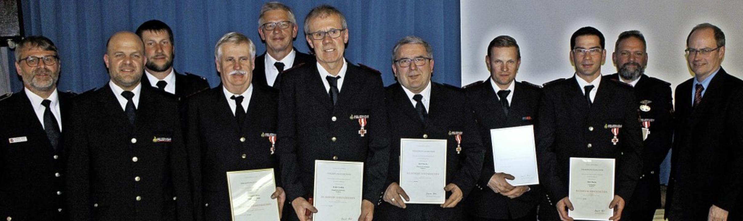 Geehrt für 25 Jahre aktiven Dienst   u...rmeister Christian Renkert  (rechts).   | Foto: Rolf Rhein