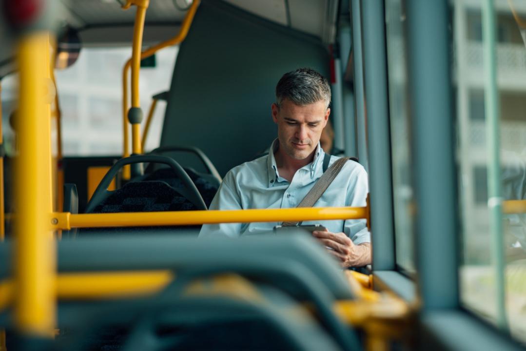 In den Bussen sind die Ein-Euro-Tickets nicht zu bekommen (Symbolbild).  | Foto: stokkete / adobe.com