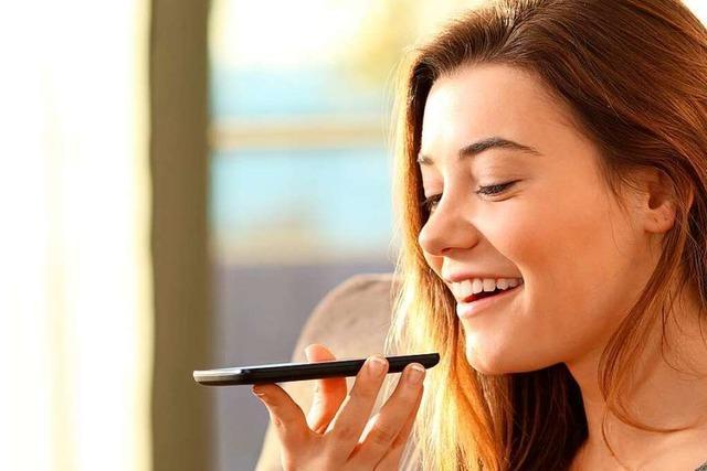 Video: Warum halten viele das Handy vor den Mund?