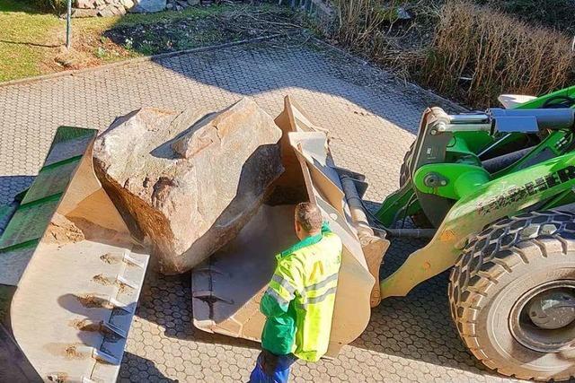 Riesen-Felsbrocken von Garagenvorplatz in Geschwend abtransportiert