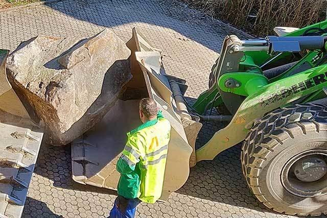 Felsbrocken von Garagenvorplatz in Geschwend abtransportiert