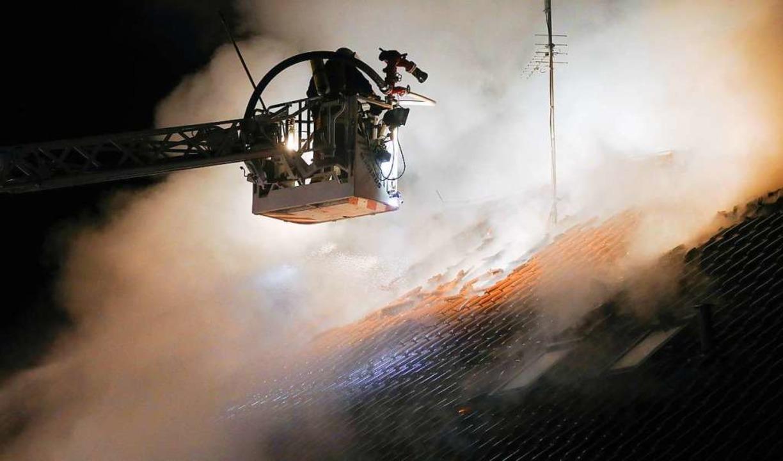Die Feuerwehr bei Löscharbeiten in Hochdorf.  | Foto: dpa