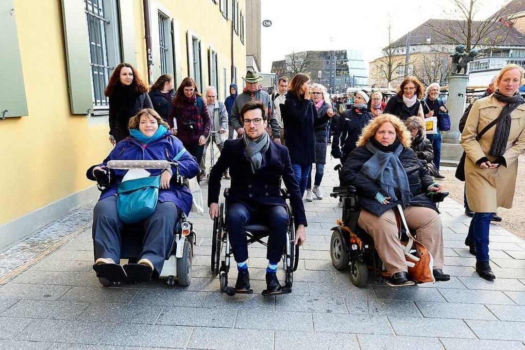 Wie barrierefrei ist die Freiburger Al... sich selbst in den Rollstuhl gesetzt.  | Foto: Ingo Schneider
