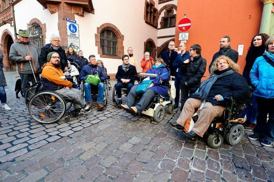 Frank Uekermann (mit grüner Tasche), L...art, Behindertenbeauftragte der Stadt.  | Foto: Ingo Schneider