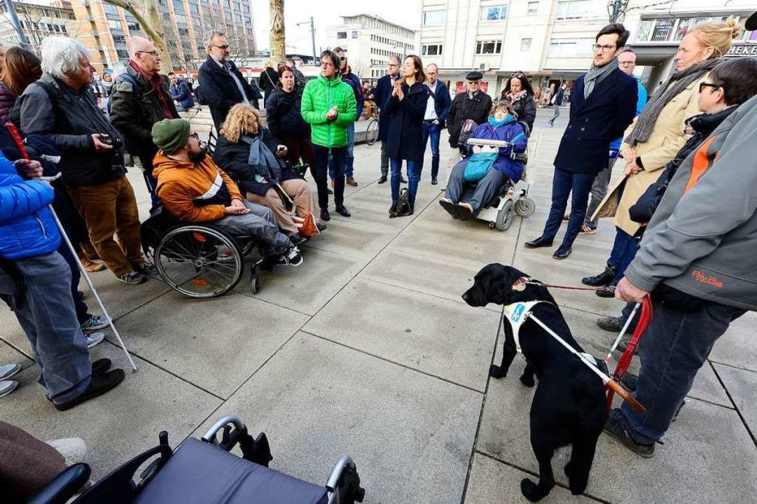 Mitglieder des Behindertenbeirats und ...rung nahmen an dem Stadtrundgang teil.  | Foto: Ingo Schneider
