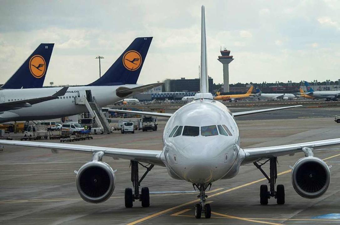 Eine Passagiermaschine der Lufthansa r...osition auf dem Frankfurter Flughafen.    Foto: dpa