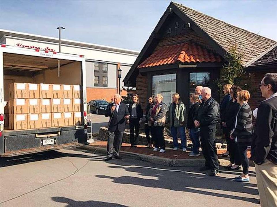 Eine Lkw-Ladung voll Wein aus Pfaffenw...eide (mit Mikro) nimmt ihn in Empfang.  | Foto: privat
