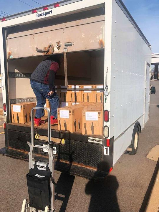 Abladen der kostbaren Lieferung aus dem Schneckental  | Foto: privat