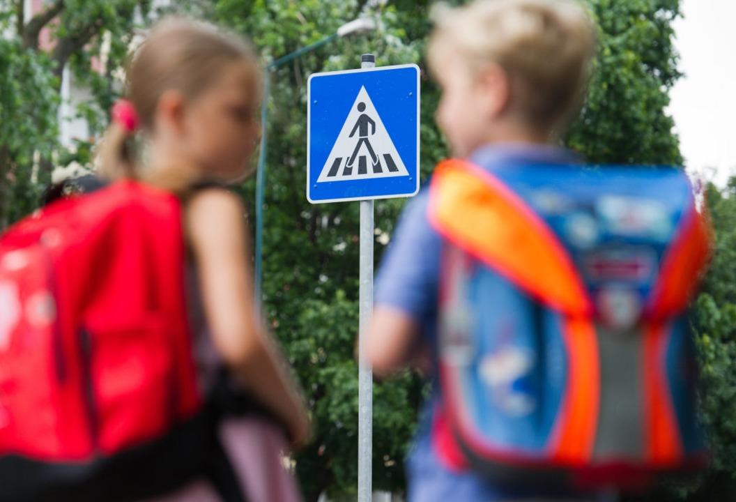 Schulleiter appellieren in Elternbrief...heit auf das Elterntaxi zu verzichten.  | Foto: dpa