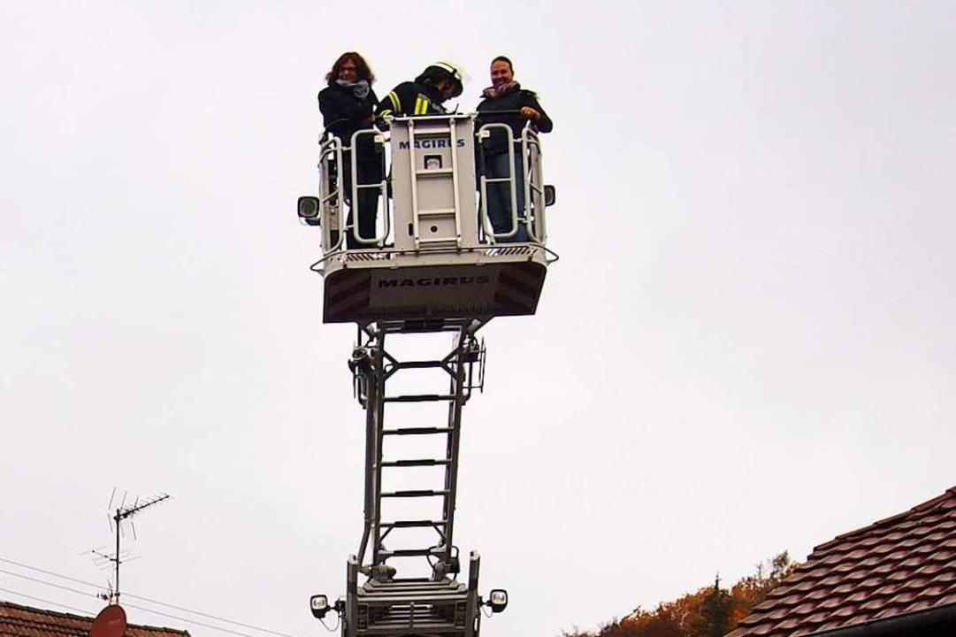 Mit Hilfe der Drehleiter (hier bei ein...r am Montag einen verletzten Arbeiter.  | Foto: Gabriele Poppen