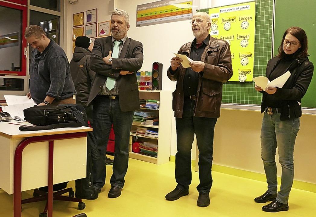 Tilman Frank (Zweiter von rechts), Kon...aßnahmen in einem Musterklassenzimmer.  | Foto: Stefan Limberger-Andris
