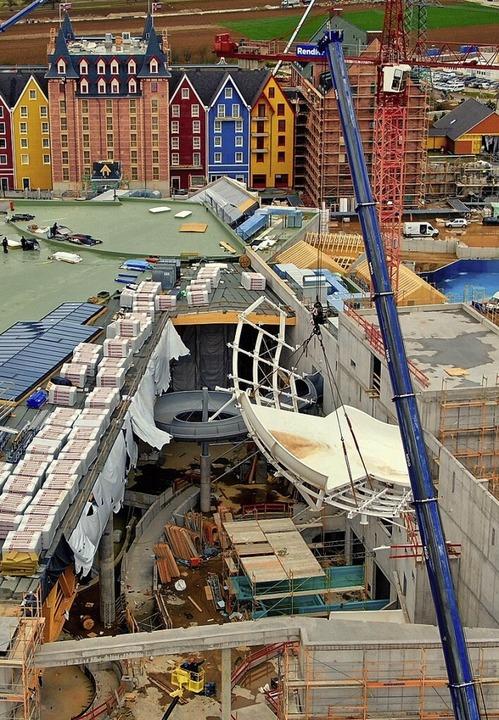 Das letzte Großteil der Tornado Wave, ...senmontag am Kran in die Halle ein.     | Foto: MIchael Thoma/Europa-Park