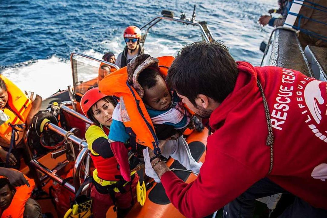Seenotrettung vor der lybischen Küste im vergangenen Dezember.  | Foto: dpa