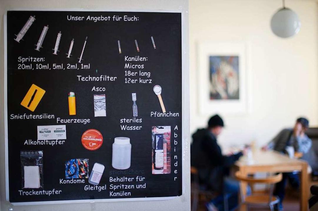 Auf einer Tafel in einem Drogenkonsumr... den Abhängigen bereitgestellt werden.    Foto: dpa
