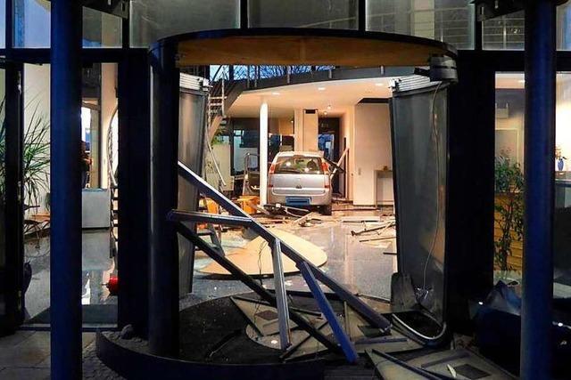 Autofahrer fährt in Vörstetten durch Drehtür in Firmengebäude