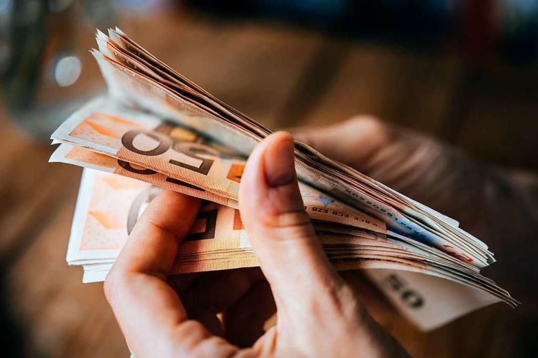 Knapp 39.000 Euro erbeuteten der Bankangestellte und sein Mittäter (Symbolbild).  | Foto: Gregory Lee (Adobe Stock)