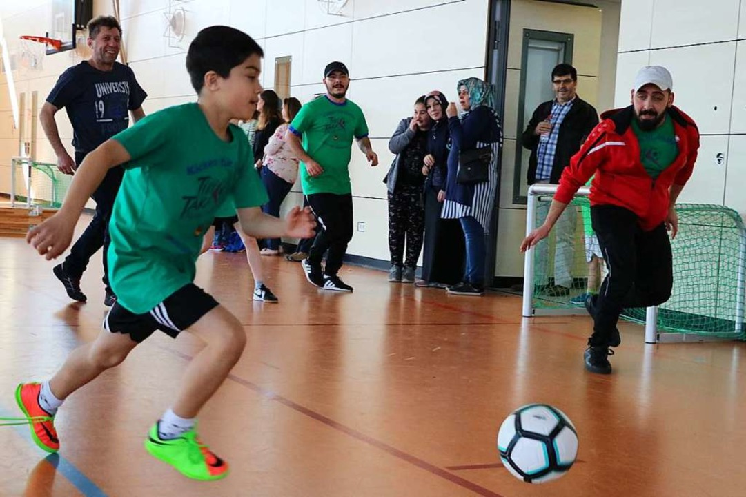 Wer hat mehr Spaß an diesem Fußballspi...itig Fairness sowie Respekt gefordert.  | Foto: Martha Weishaar
