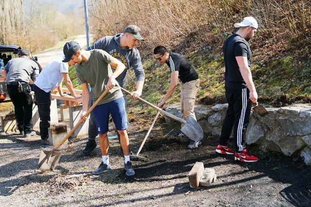 Jugendliche richten Grillplatz nach Zerstörung her