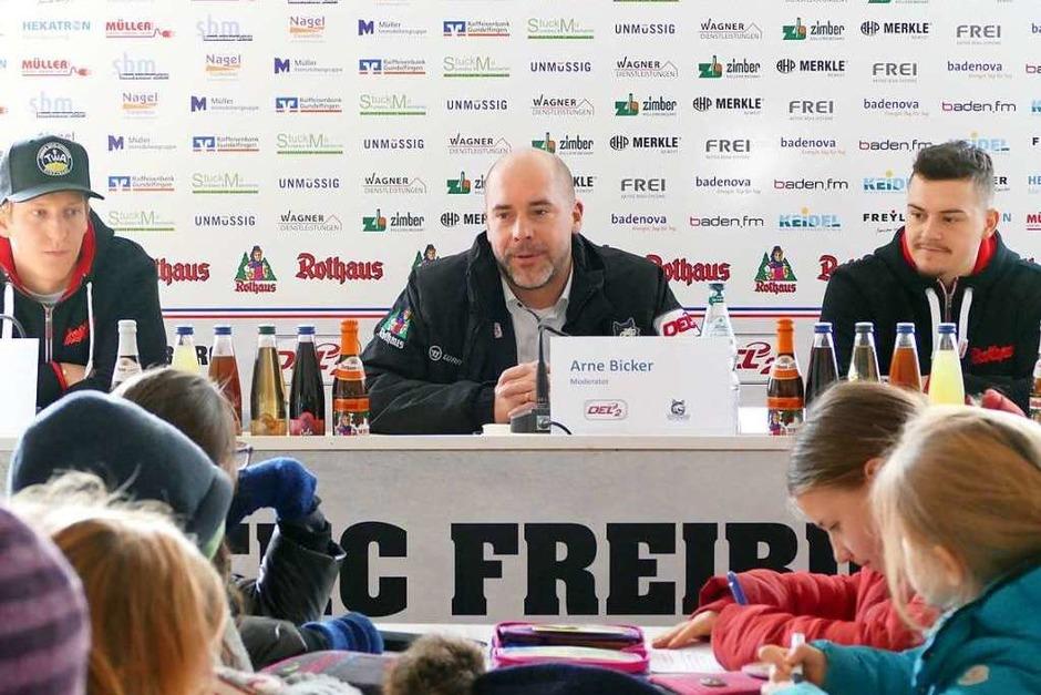 Fragerunde im Presseraum mit den Spielern Jannik Herm (links) und Nikolas Linsenmaier (rechts) sowie David Bartholomä von der EHC-Geschäftsführung (Foto: Kimberly Düfer)
