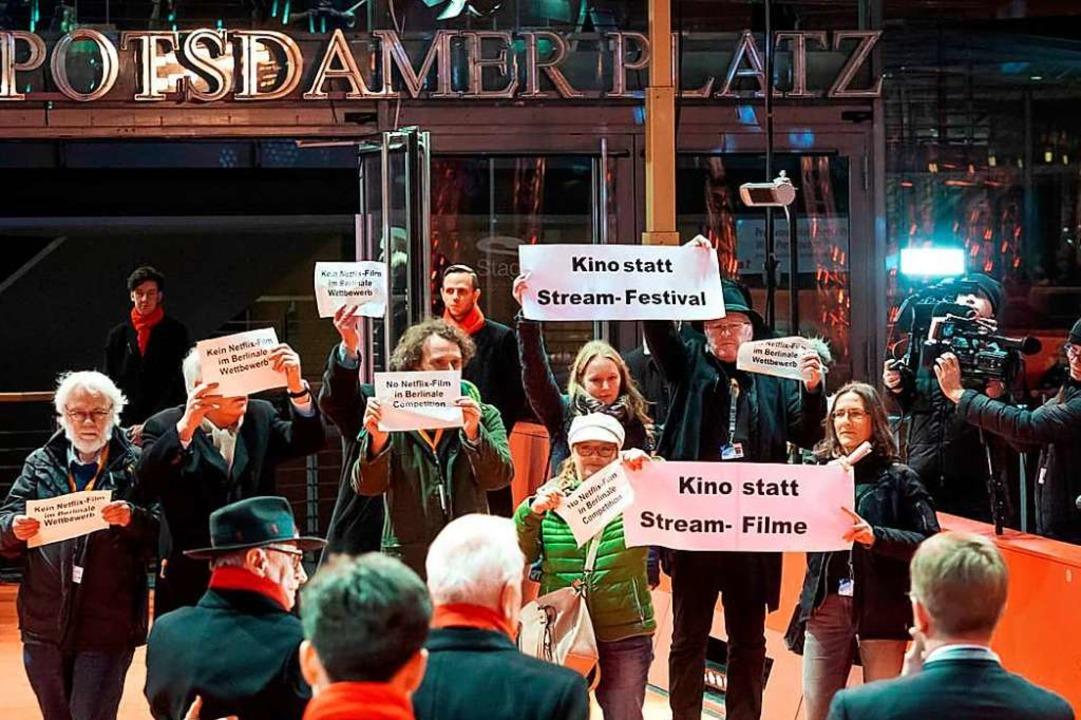 Die Kinobetreiber bei ihrem Protest au... von links auf dem Teppich, mit Hut).   | Foto: Privat