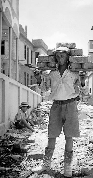 Steine schleppen:  Aufbau der Stadt   | Foto: American Colony JE.