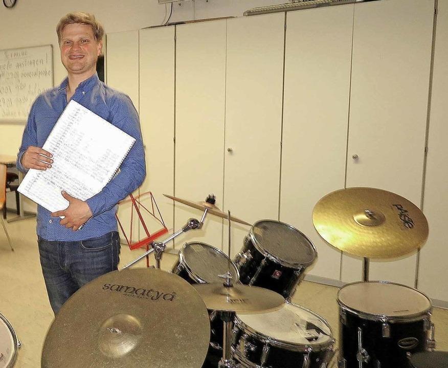 Dirigent Frieder Reich mit einer Parti...nraum in der Schliengener Hebelschule   | Foto: Dorothee Philipp