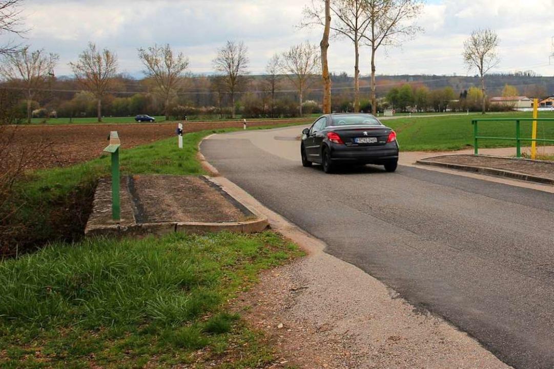 Ein neuer Radweg  entlang der Kreisstr...ts) auf die östliche (links) wechseln.  | Foto: Mario Schöneberg