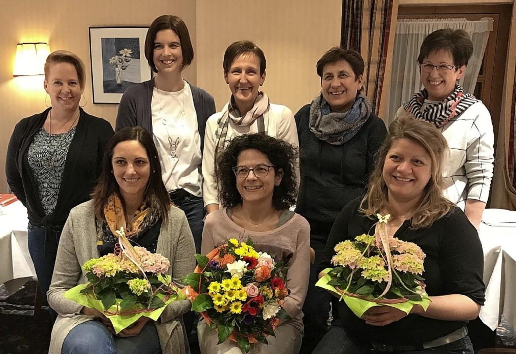 Der neu gewählte TV- Vorstand. Sitzend...er, Susanne Weiß und Gabi Haberstroh.   | Foto: Verein