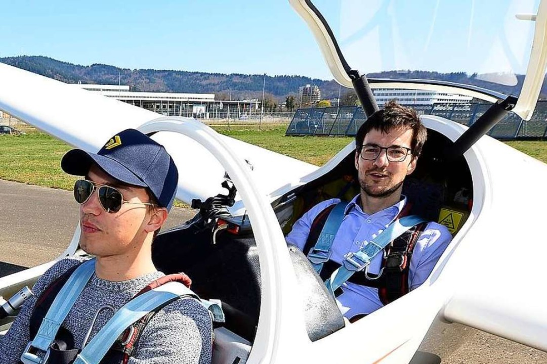 Der erste Passagier war Oberbürgermeister Martin Horn (hinten).  | Foto: Ingo Schneider