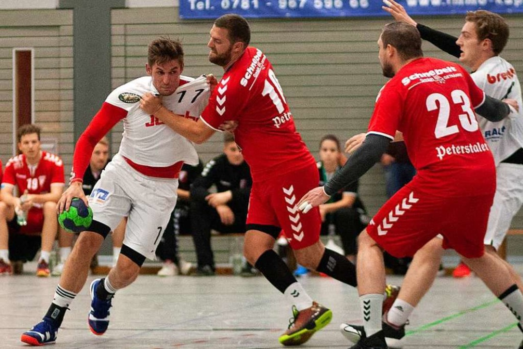 Fabian Huck packt zu bei Wito Göpper von der HSG Ortenau Süd.    Foto: Alexandra Buss