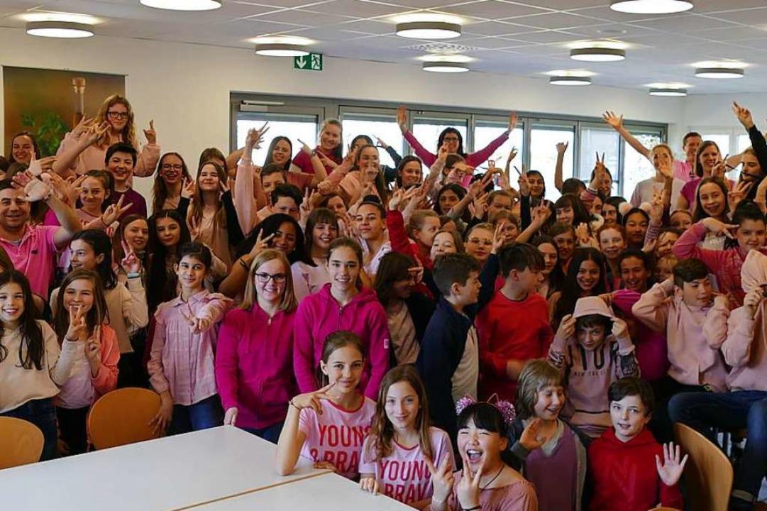 Mit pinken Shirts setzten viele Schüler am Freitag ein Zeichen gegen Homophobie.  | Foto: Katrin Dein