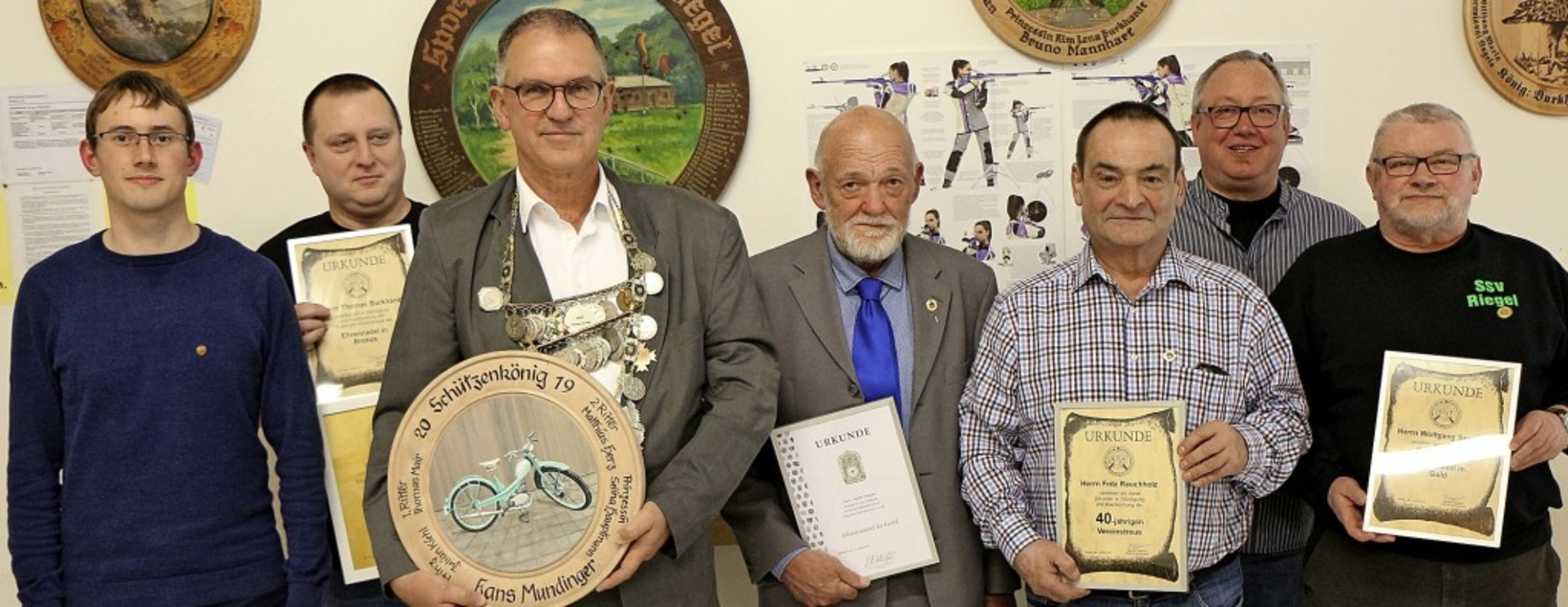 Vorsitzender Manfred Sexauer (l.) mit ...ns Mundinger (3. von l.) und Geehrten   | Foto: H. Hassler
