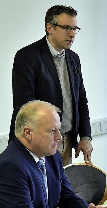 Der Konzernbevollmächtigte Thorsten Krenz (stehend) und der CDU-MdB Peter Weiß  | Foto: W. Künstle